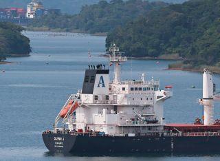 Panama, 11 agosto 2015. ARR. El Canal de Panama restringirá el paso a buques de gran tamaño a partir del próximo mes, debido a los bajos niveles de los lagos por la falta de lluvias en el país. Un grupo de buques espera su turno para entrar a las esclusas de Gatún. La Prensa/ Ana Rentería